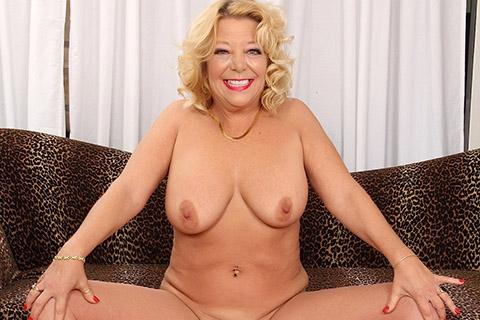 Mature woman Karen Summers gets naked