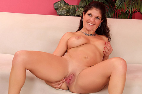 Mature woman Corolyn Jewel shows her old pussy and tits