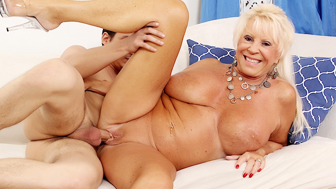 Sexy mature woman Mandy McGraw gets fucked